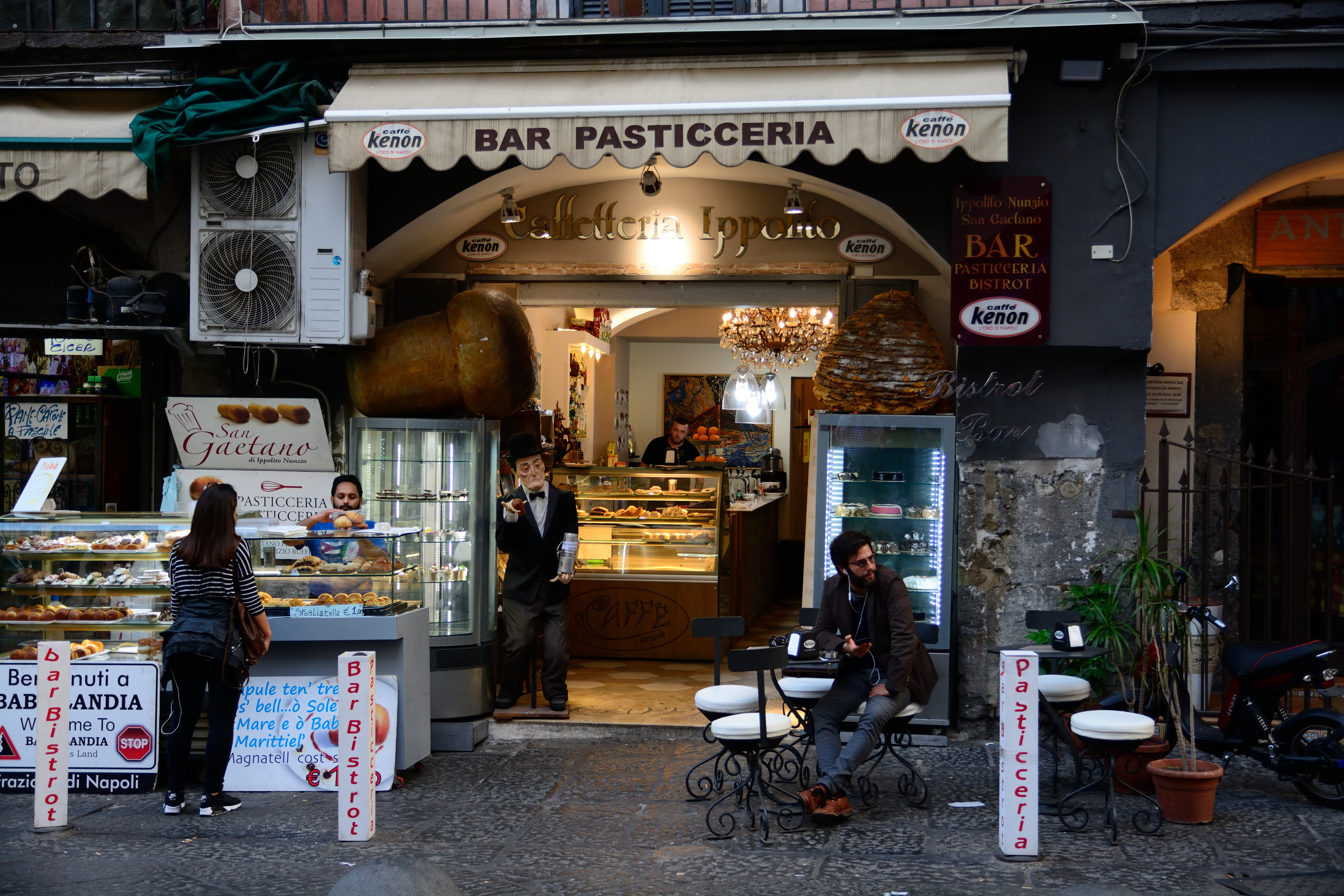 bar Pasticceria with people dining