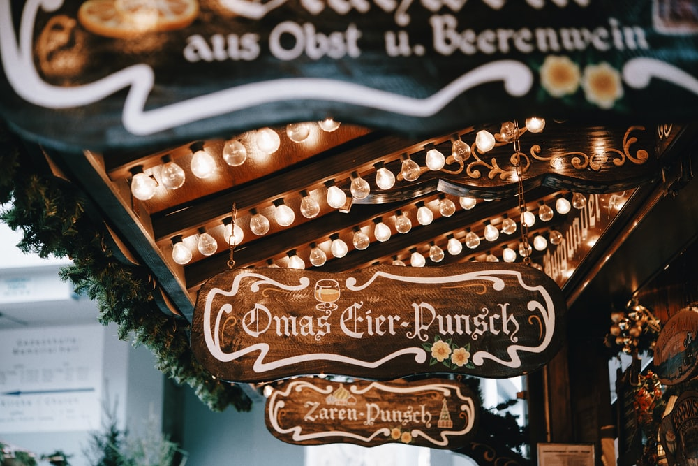 closeup photo of brown and white Omas Gier-Punsch board decor