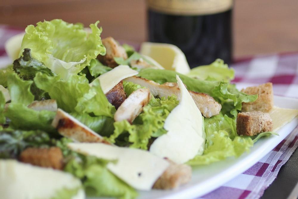 5.凱撒沙律  在不少人的心中都會把健康與沙律劃上等號,要說沙律的經典之選,不得不提的是凱撒沙律。別以為凱撒沙律只有健康的生菜,裏面的麵包粒、煙肉碎和醬汁統統都是致肥的「元兇」!一客凱撒沙律保守估計已經有375卡路里,比一碗白飯更多!重點是很多人吃完一客之後都沒有足夠的飽足感,便會吃更多的食物。