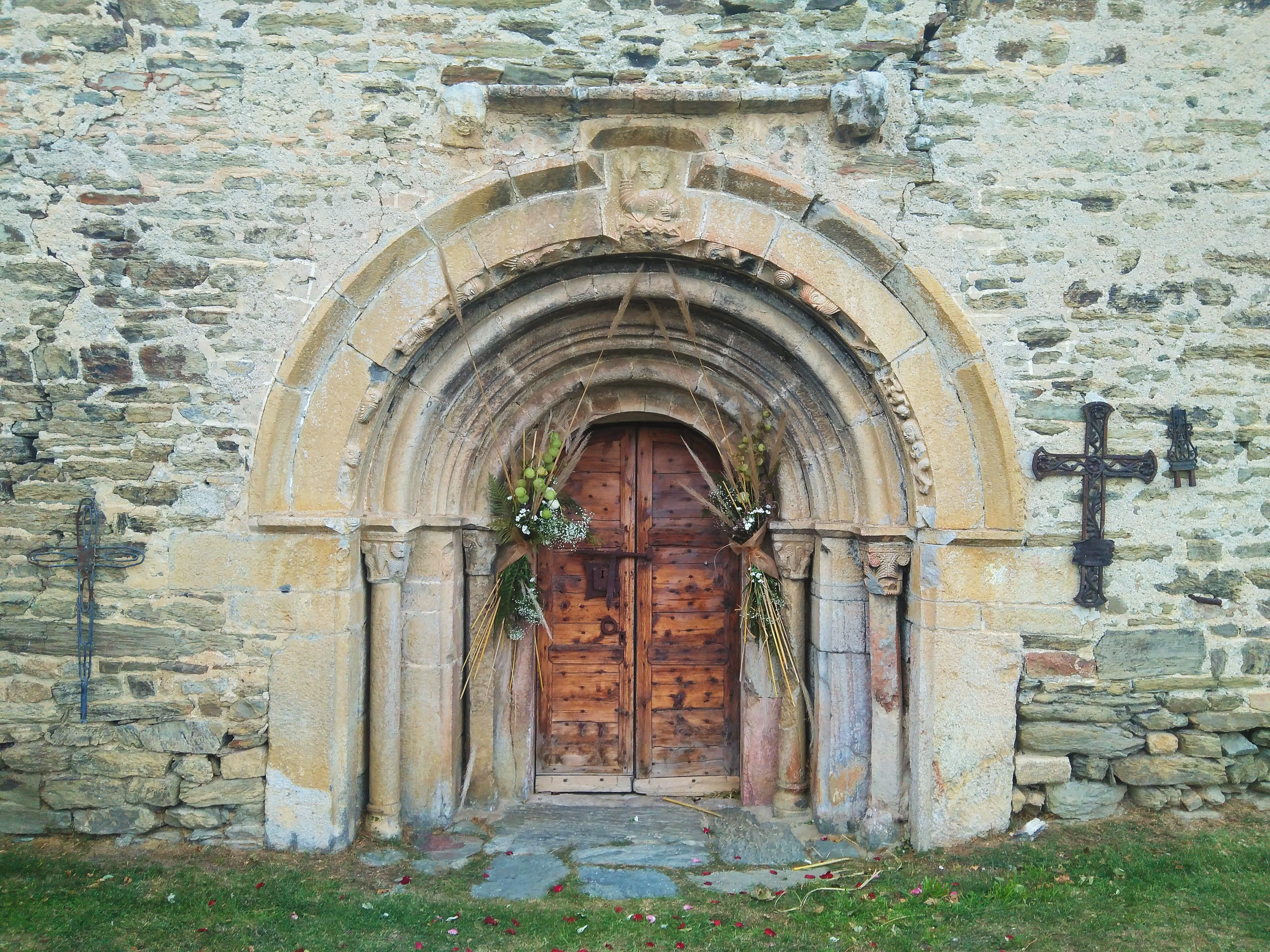 arch door with floral decoration
