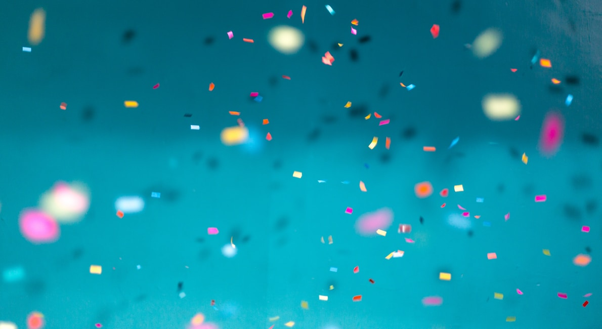 konfetti flyver på blå baggrund