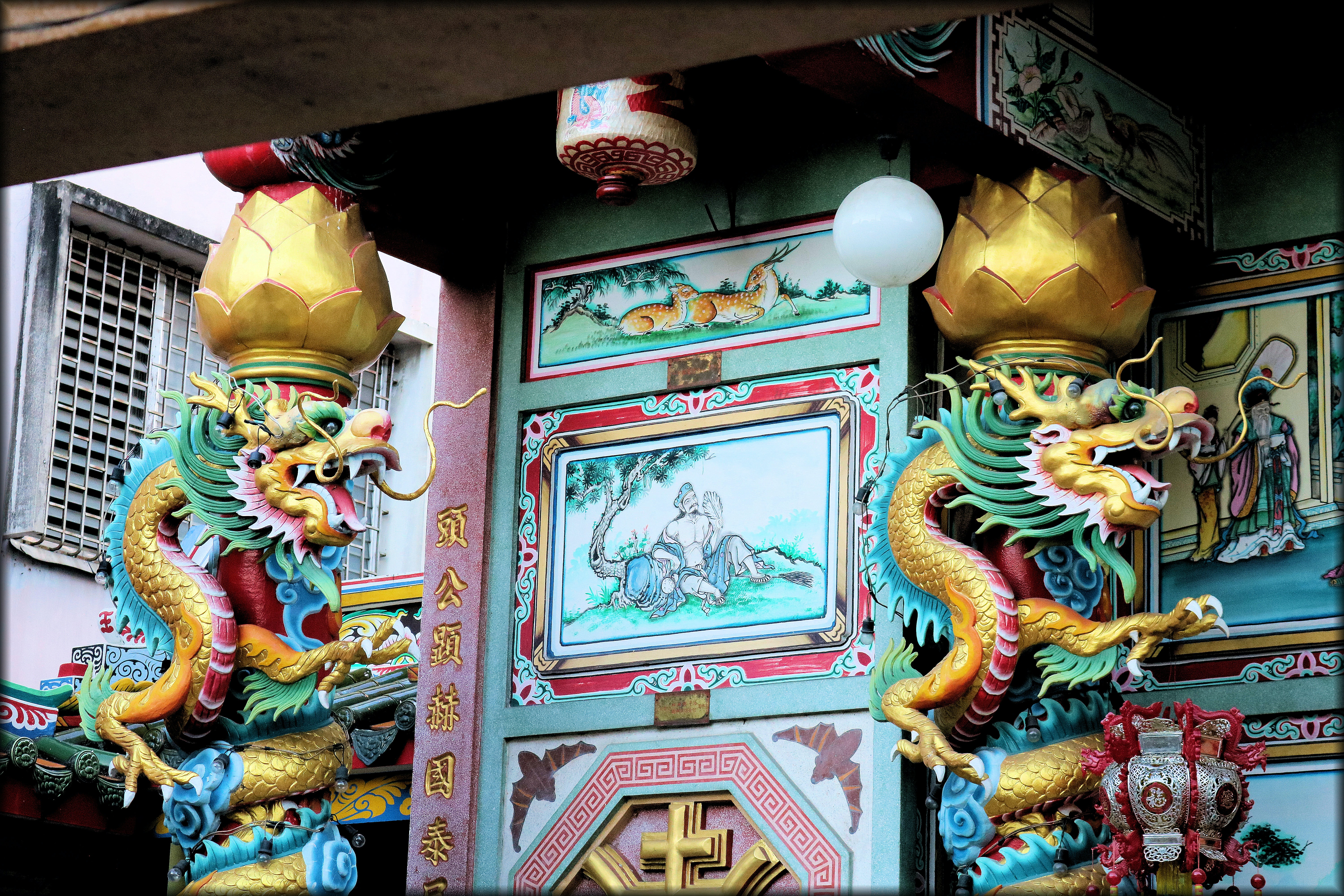 two dragon statues next to temple