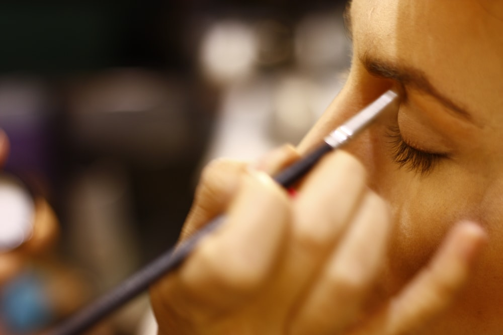 woman putting eyeshadow