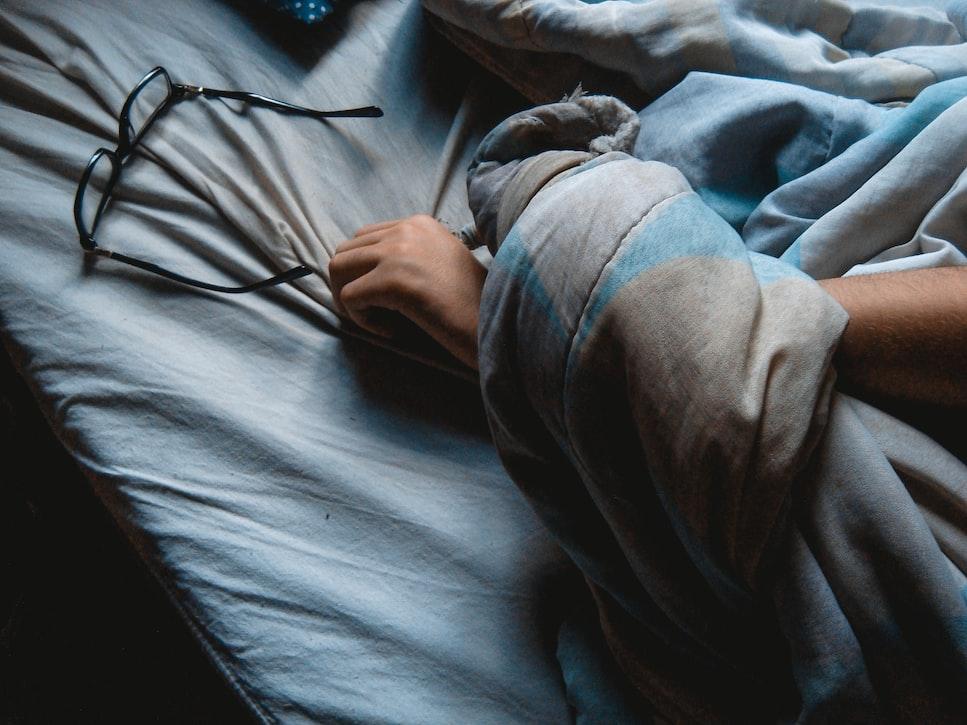 hayattan kaçmak için uyumak
