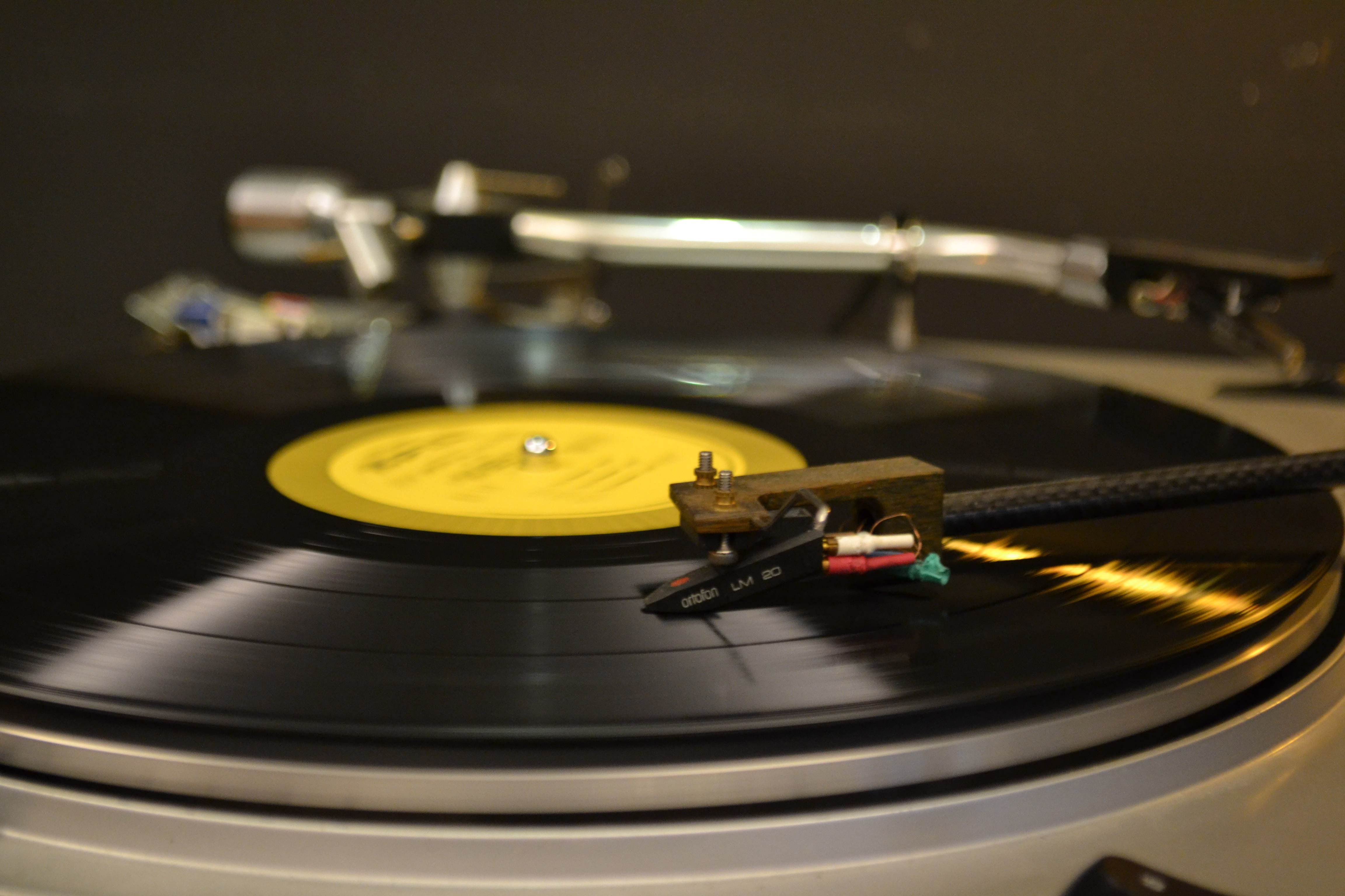 close-up photography of vinyl player