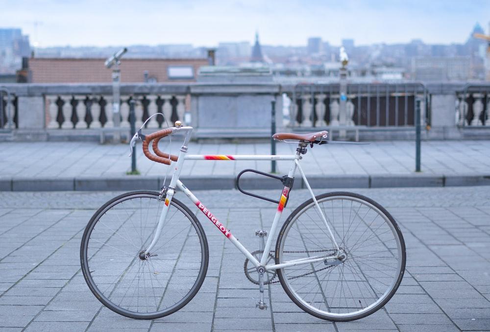 shallow focus photography of gray racing bicycle