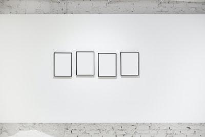 白い壁に並べられた4枚の額縁