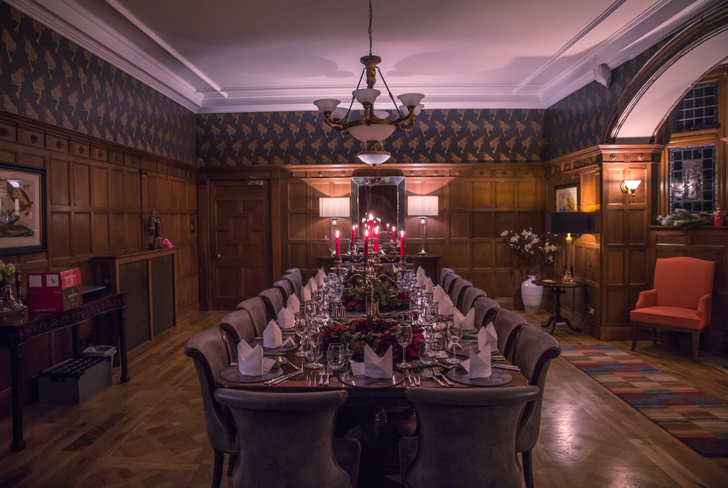 Formal dining room in a traditional and luxurious dining room with wood paneling. Unsplash. #christmasdecor #traditional #formaldiningroom