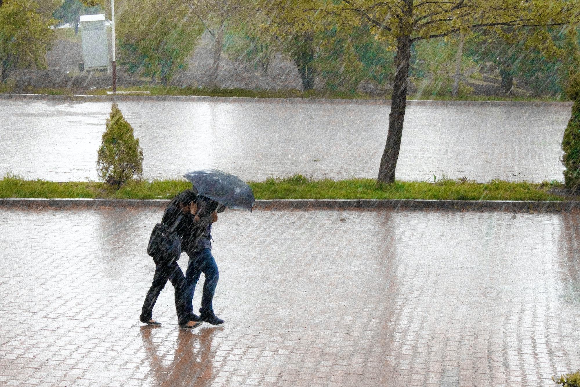 IMGW ostrzega. W tych rejonach możliwe burze i silne opady deszczu