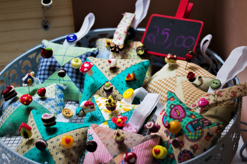 assorted-color pin cushion lot with pins