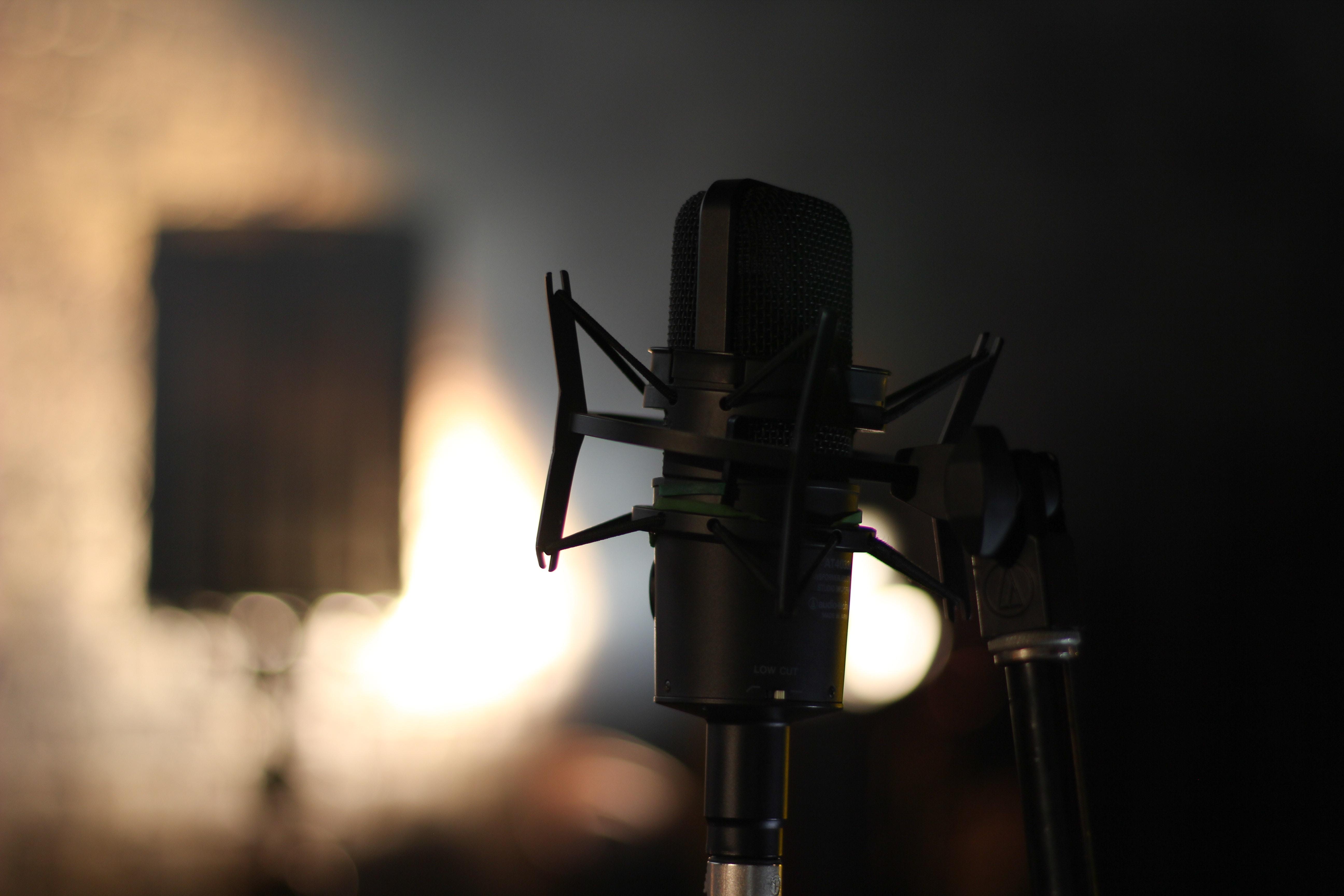 shallow focus photography of black studio microphone