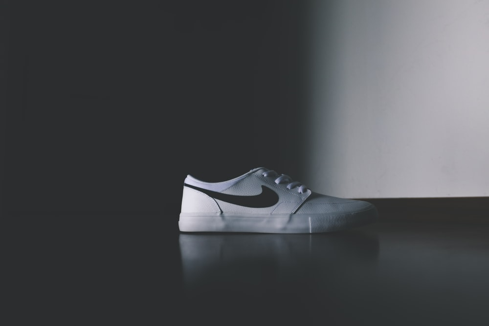 unpaired white Nike low-top shoe