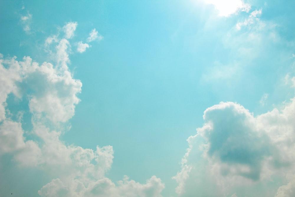 昼間の澄んだ青い空の下の雲