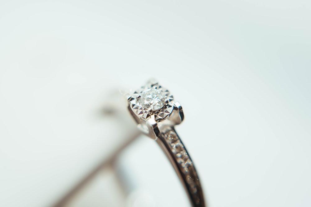 signification des pierres précieuses bague de fiançailles diamant. Agence rose porcelaine wedding planner ile-de-france et la réunion