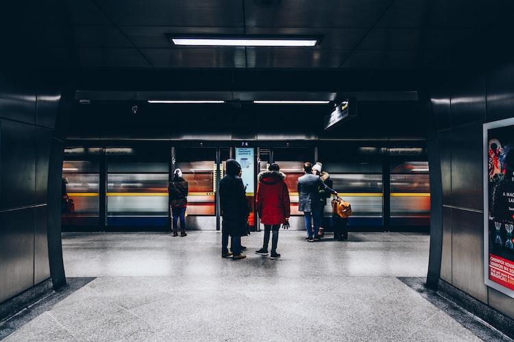 Des gens qui vont prendre un train. | Photo : Unsplash