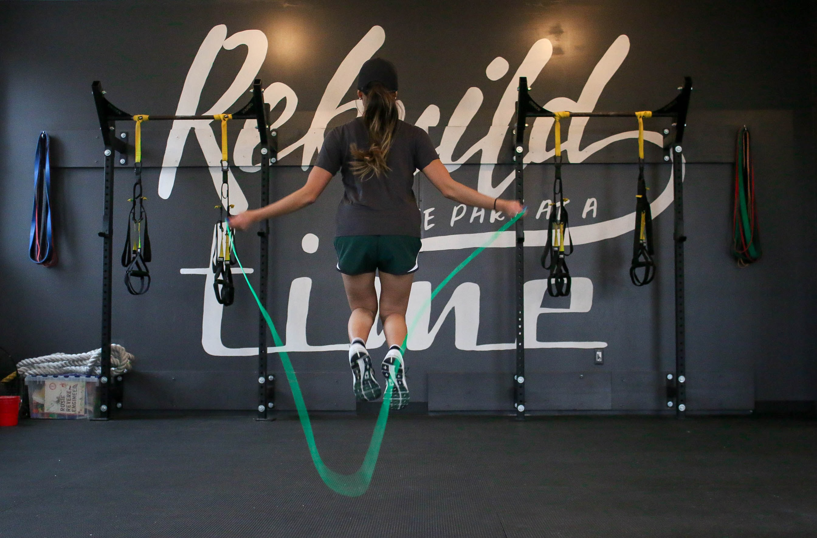 woman using jumping rope