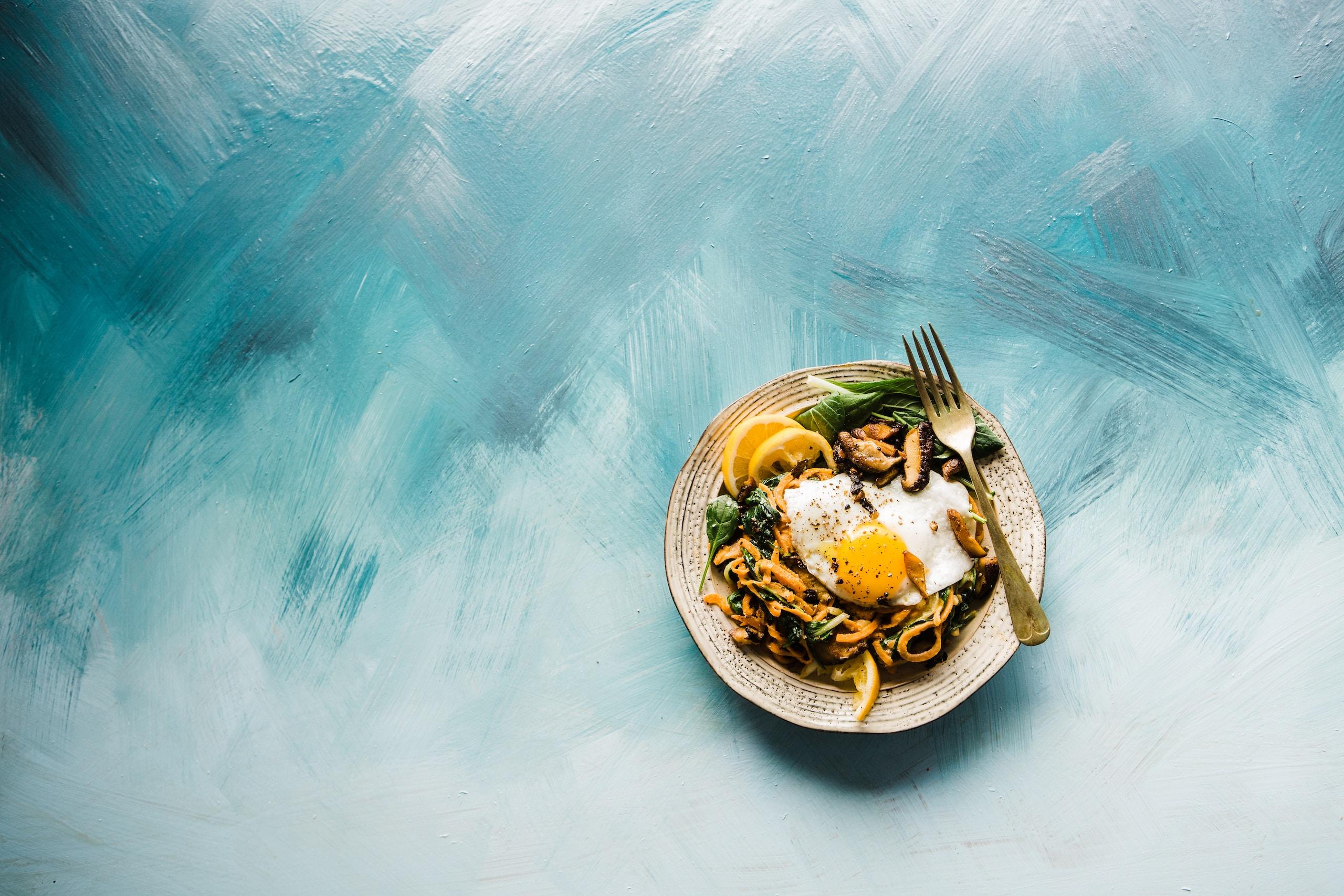 ayuno intermitente, pasta dish on brown plate