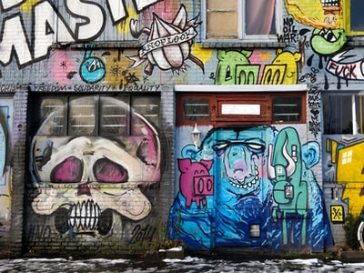 Coronavirus, a Parigi i graffiti raccontano la quarantena
