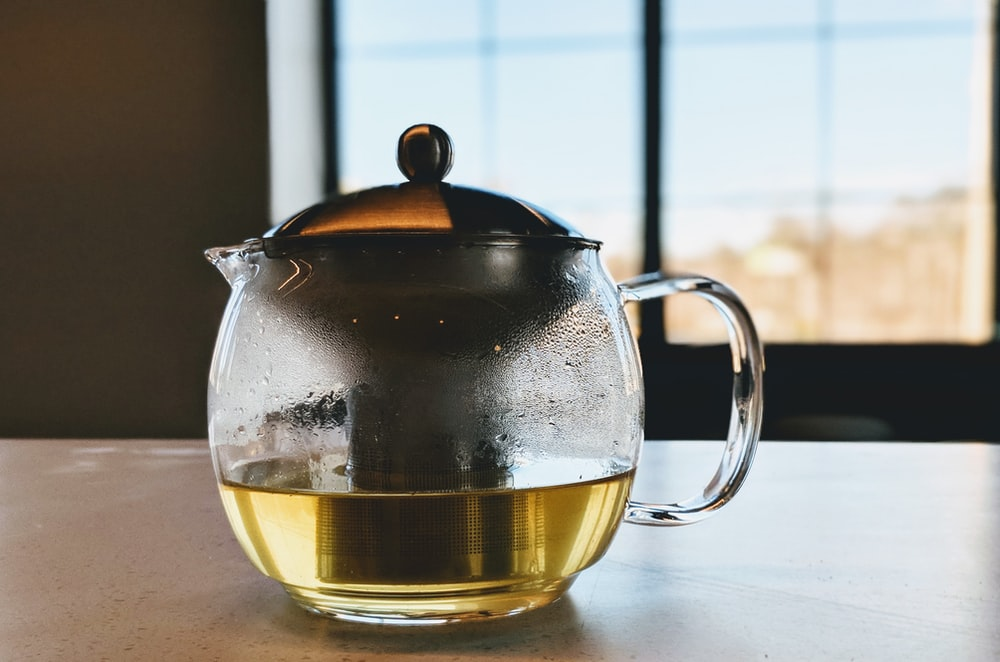 close-up photography of filled clear glass kettle