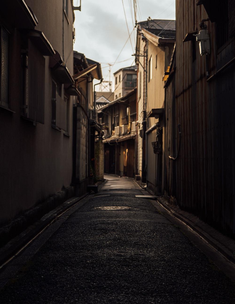 alleyway between houses during daytime