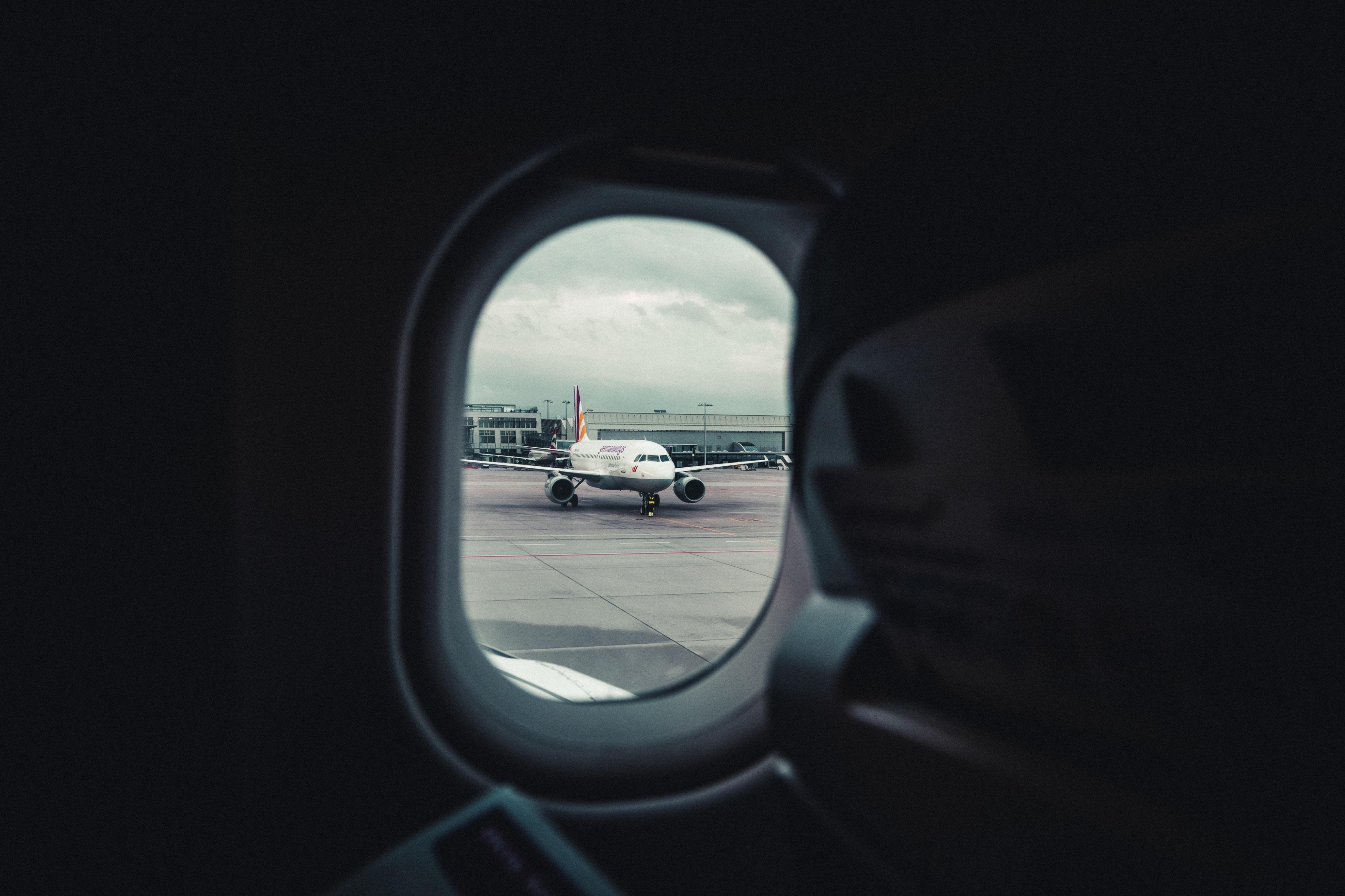 closeup photo of airplane