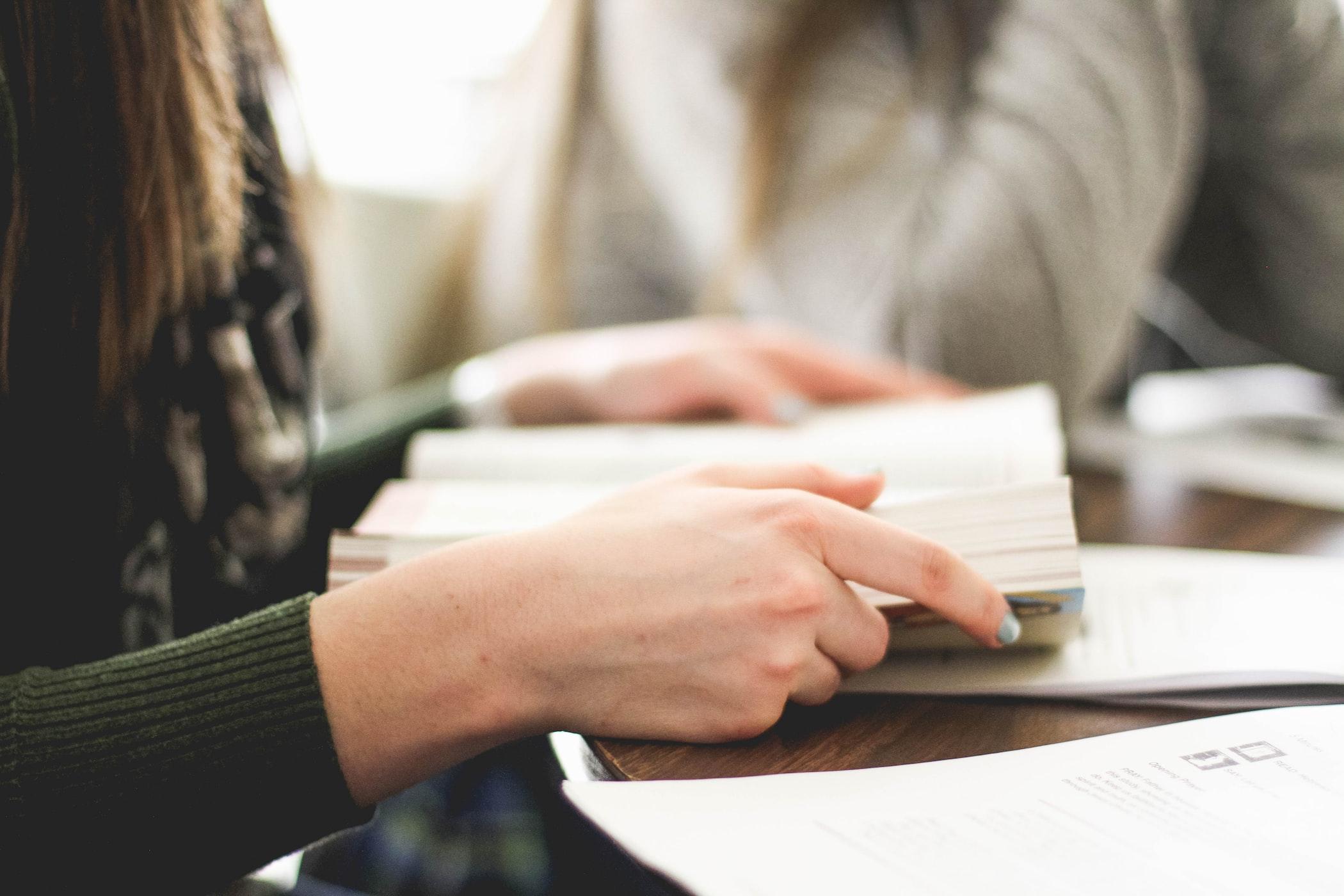 授業中にバレずに内職をするコツ・バレない方法『書かなくても良い暗記系の勉強をする』