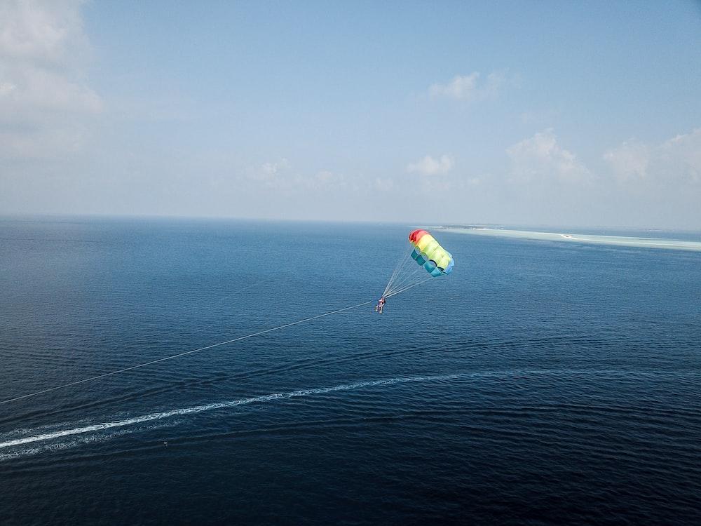 person doing para gliding