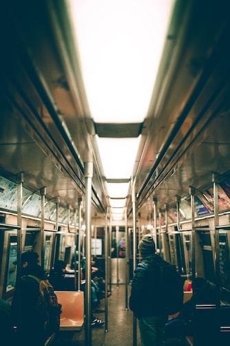 Des gens dans le train. | Photo : Unsplash