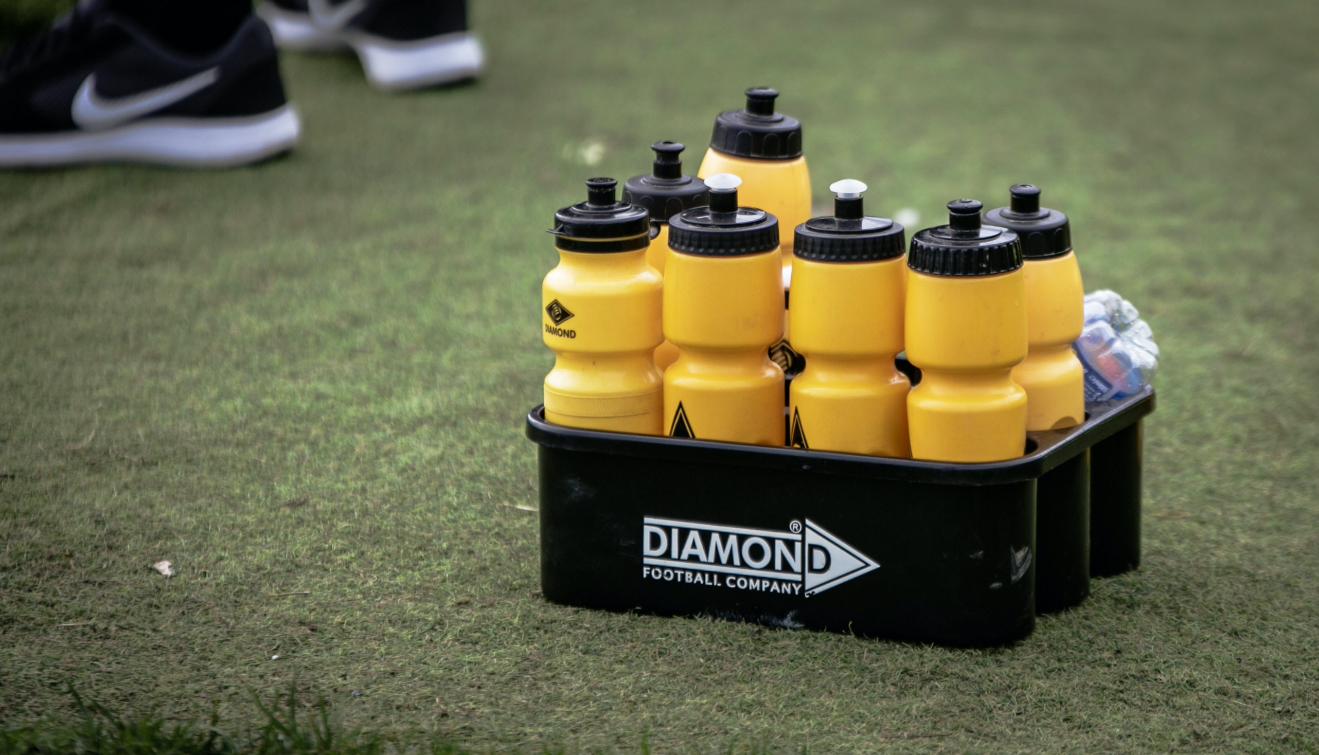 yellow and black water tumblers