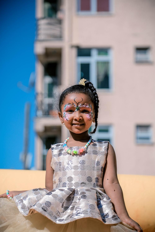 niña con pintura facial mientras sonríe