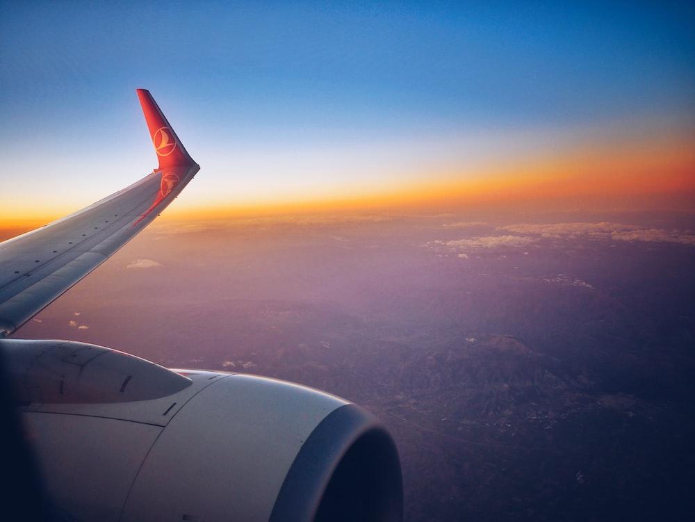白と赤の飛行機の翼の写真