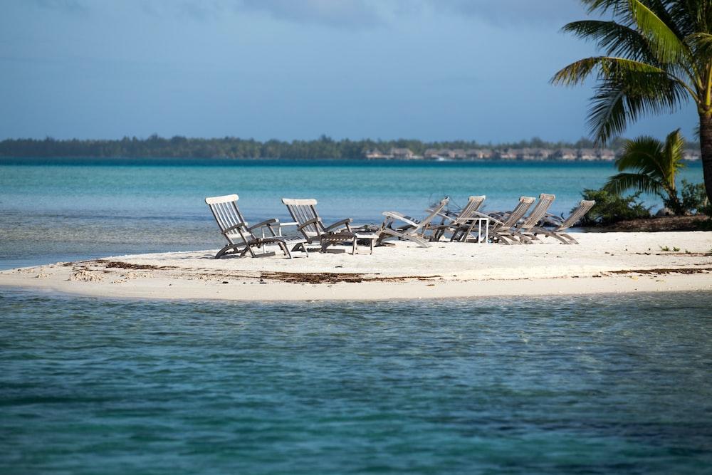 gray pool lounge chair in island