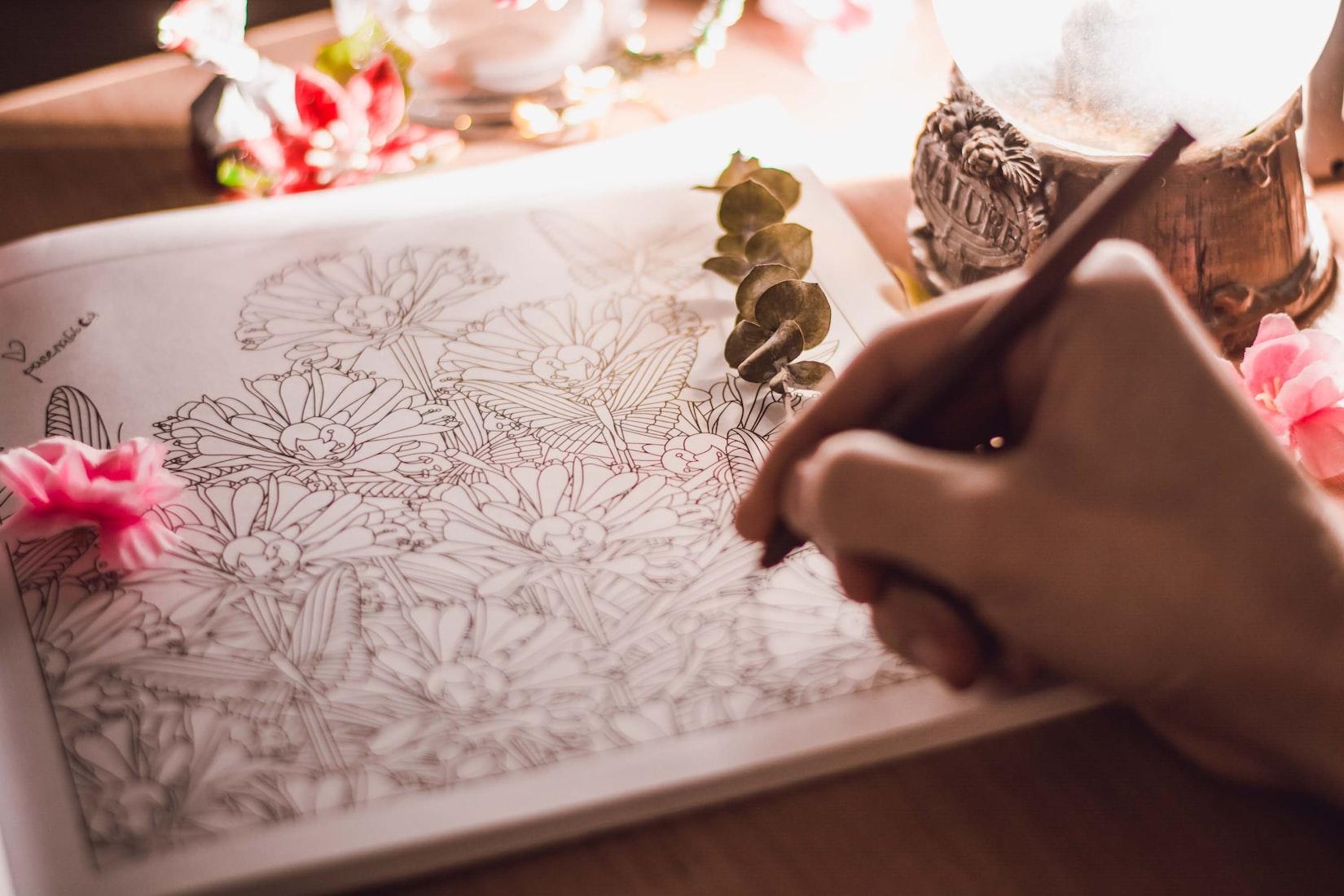 detalle de una mano coloreando un libro para colorear para adultos para ilustrar uno de los 7 regalos muy originales anti-estrés