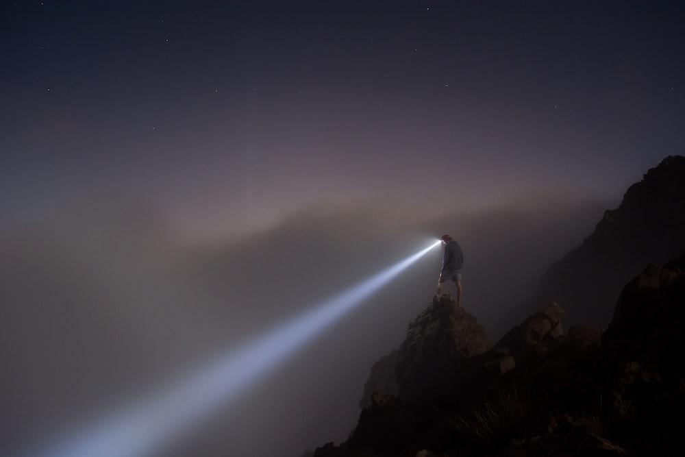 山に立っている人