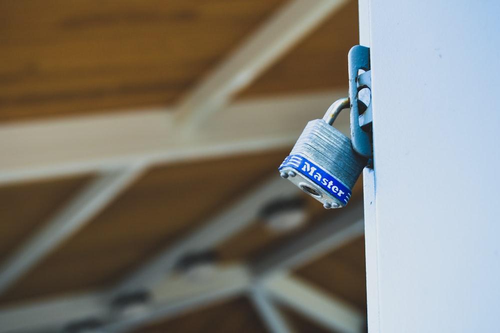 closeup photo of padlock