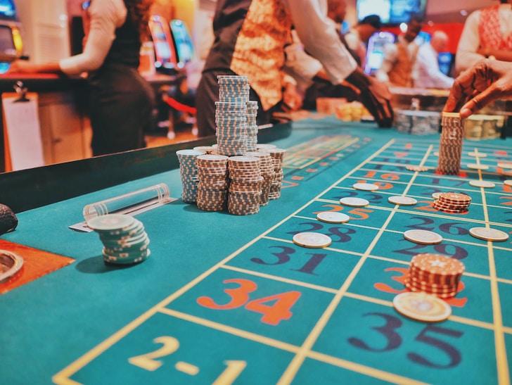 I siti dedicati ai giochi di casino online sono il luogo ideale per gli appassionati che, stando comodamente a casa propria, possono usufruire di una vasta gamma di prodotti
