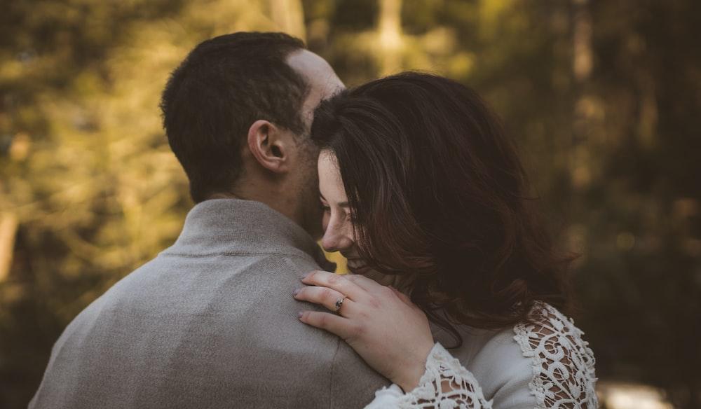 man and woman hugging. menyayangi suami di hari kasih sayang, hadiah untuk suami, kejutan hari kasih sayang untuk suami