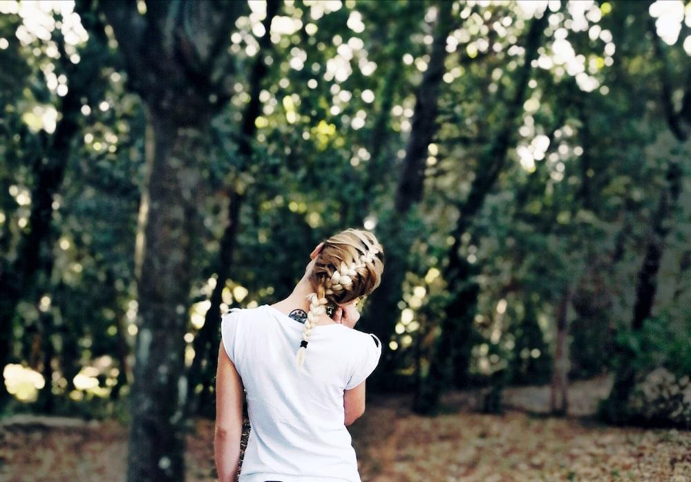 cô gái áo trắng hướng về rừng cây