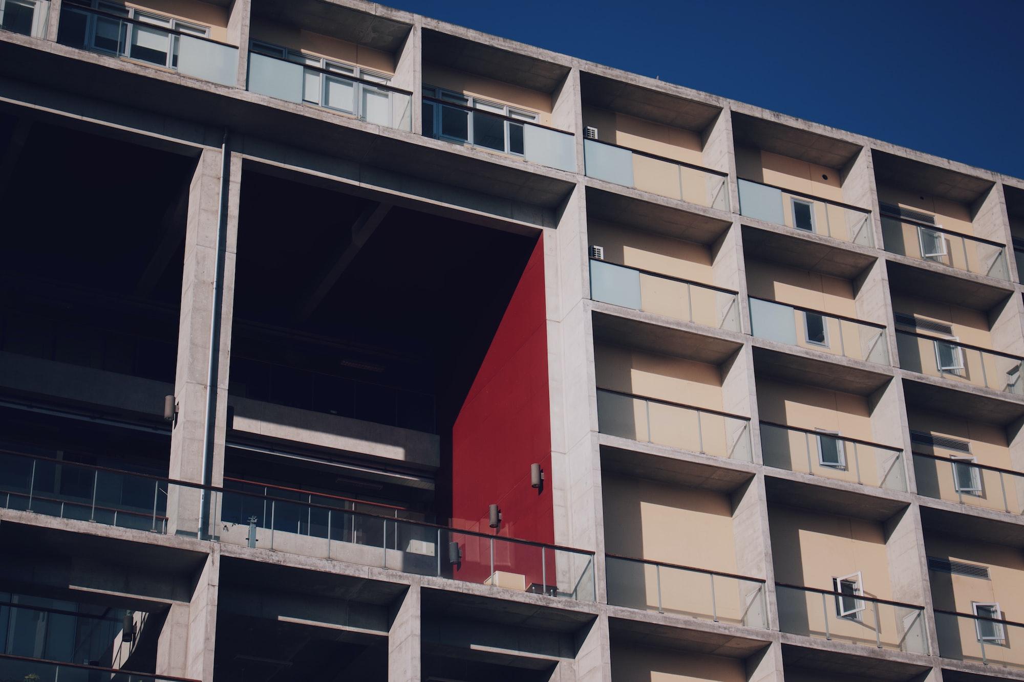 De avaliação de imóveis em carteira a planos de expansão, os dados imobiliários tem sido usado para tomar decisões de investimento. Photo by wen chen / Unsplash
