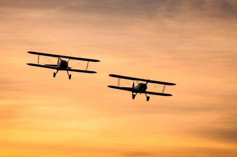 飛行中の2機の複葉機