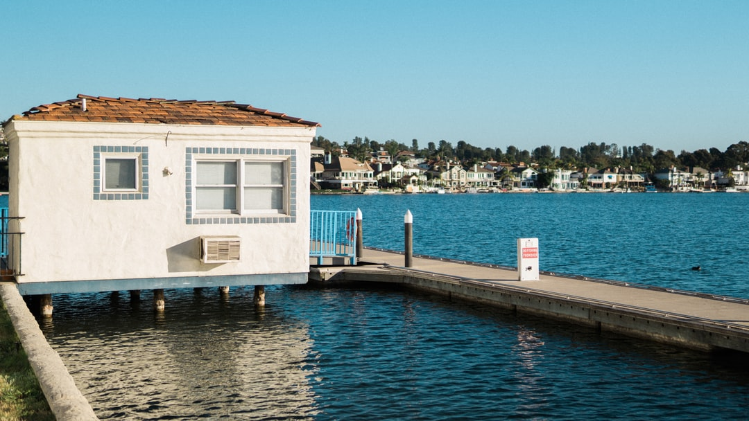 white painted house on body of water photo – Free Building Image on Unsplash