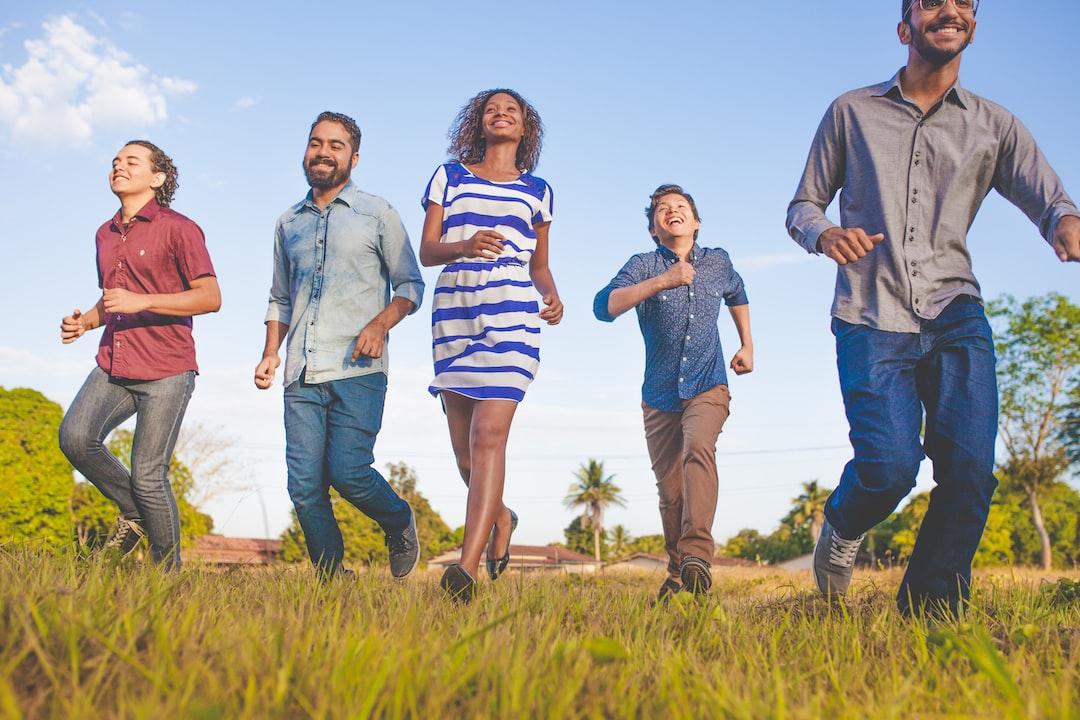 Grupo de amigos correndo pelo campus universitário.