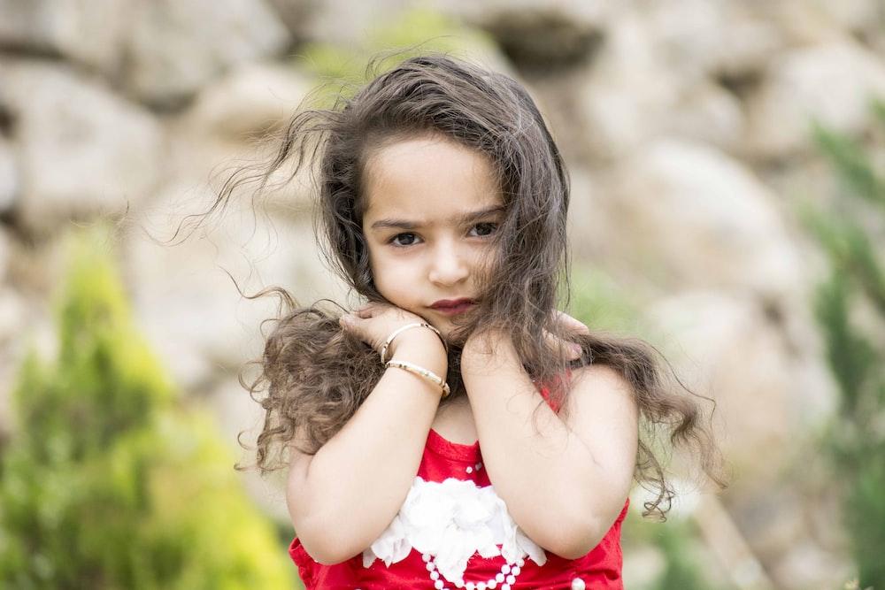 girl holding her hair, pengaruh perceraian bagi anak perempuan