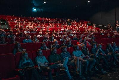 映画館で映画を観ている客