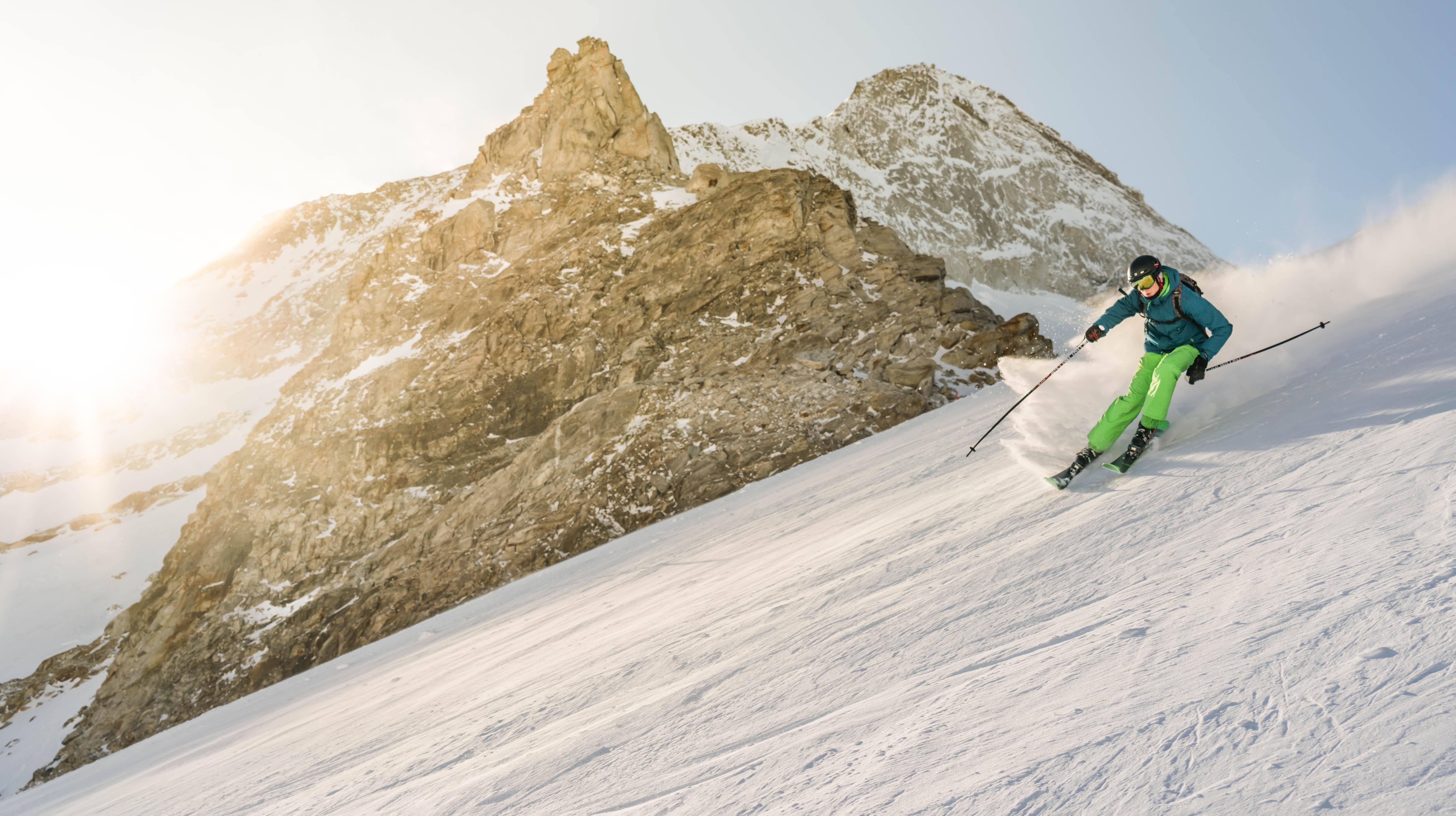 man ski boarding during daytiem