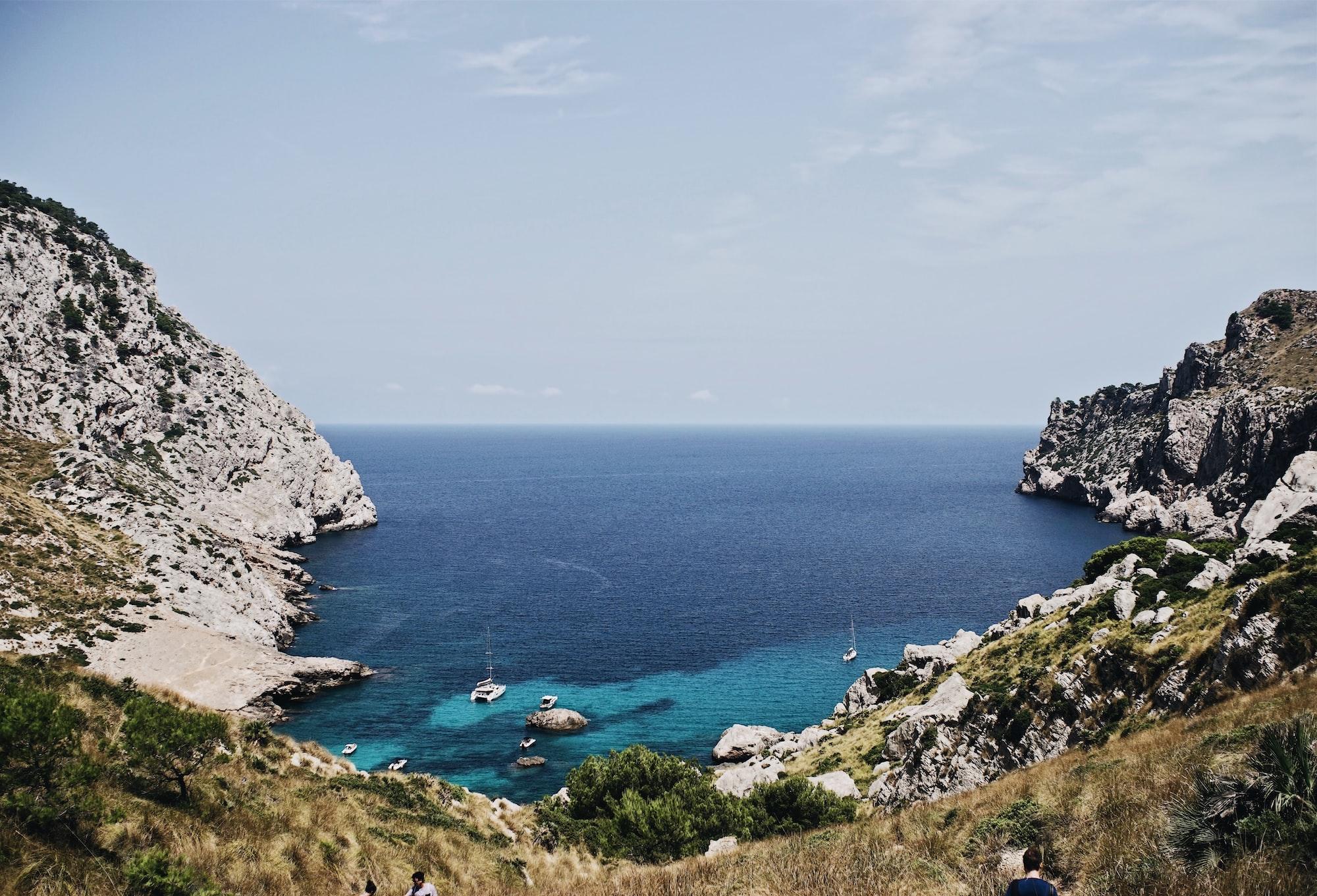 Crique avec la mer et des bateaux à Majorque dans les îles Baléares en Espagne