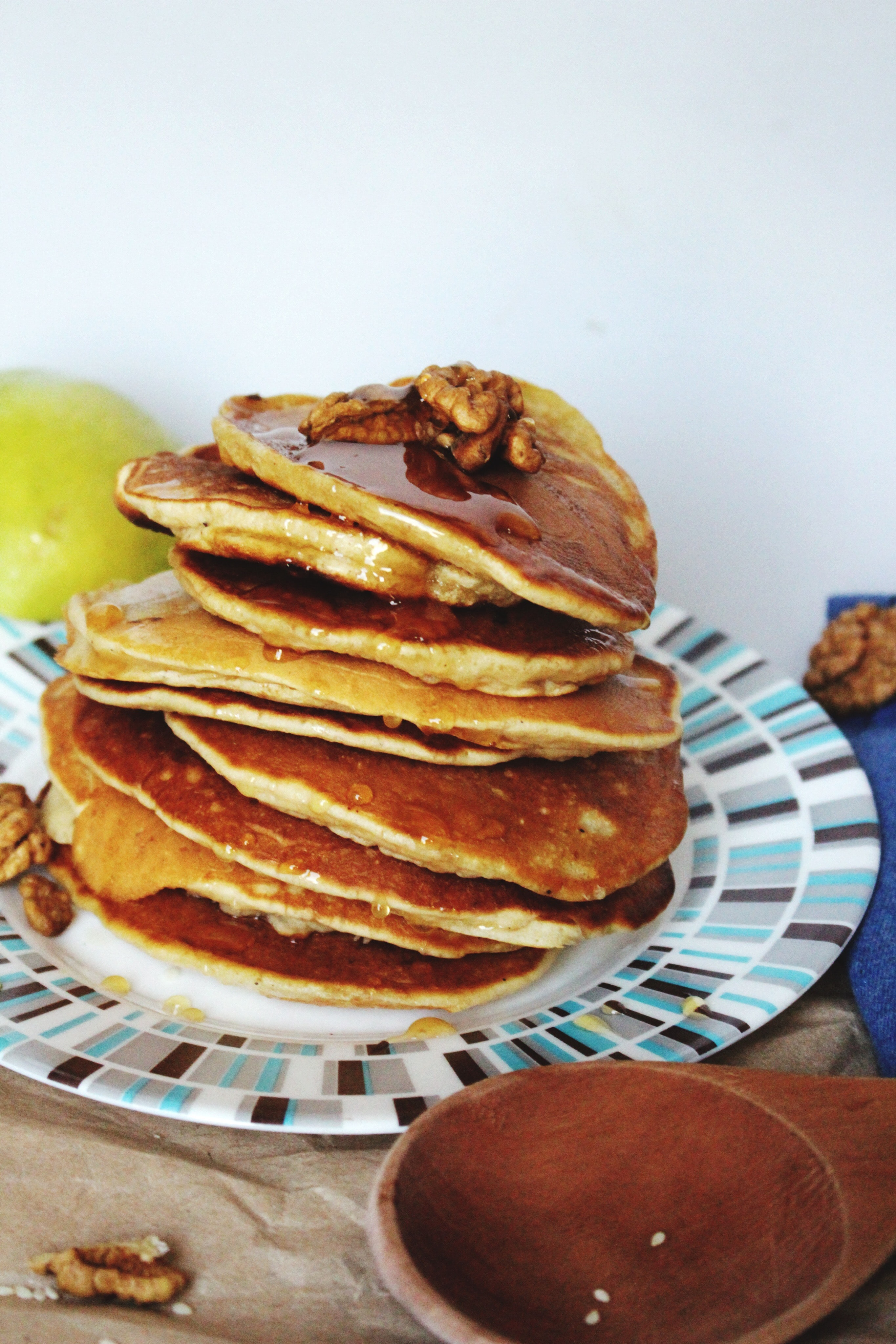 pancakes on plate near brown saucer