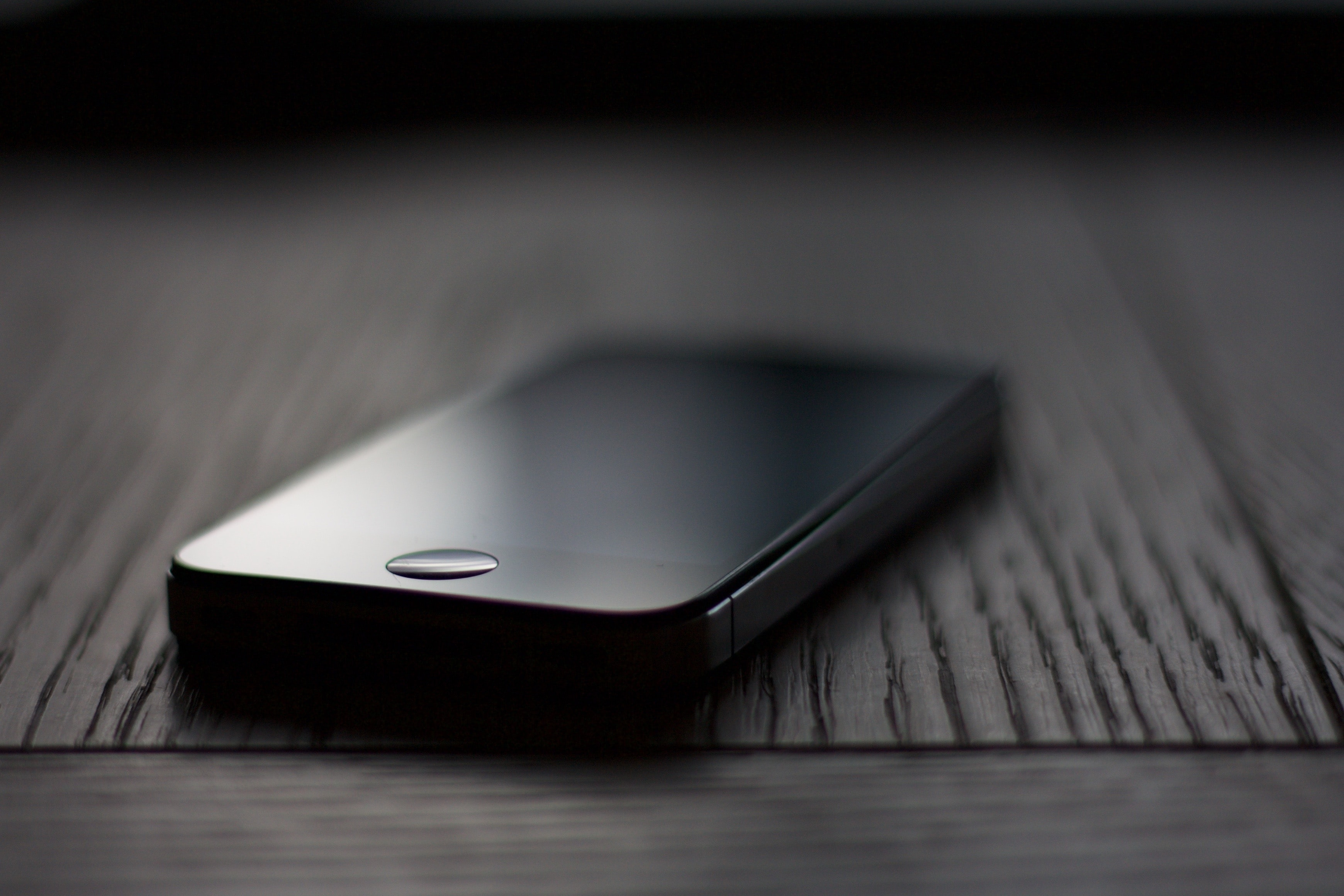 shallow focus photography of space gray iPhone 5s