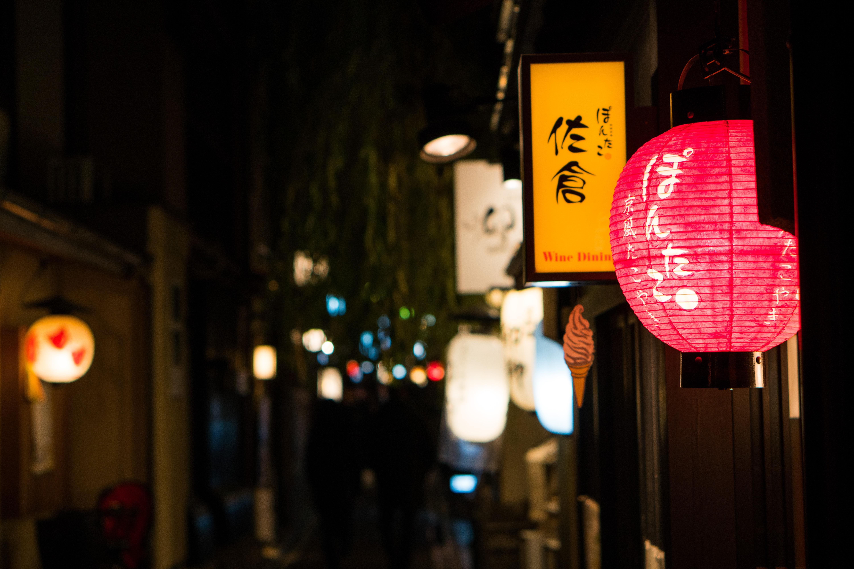 closeup photography lantern lamps