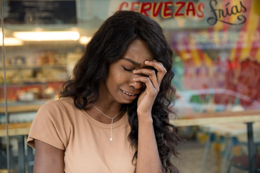 Plačící žena, jež může znázorňovat autistický meltdown.